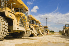 A fileira dos caminhões de descarregador estacionados no curral de um cimento trabalha o Reino Unido imagem de stock