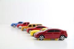 Fileira dos carros com o carro elétrico no foco. imagens de stock royalty free