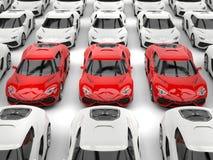 Fileira dos carros de esportes vermelhos que estão fora do lote dos carros brancos ilustração royalty free