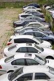 Fileira dos carros no lote de estacionamento Imagem de Stock Royalty Free