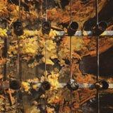 Fileira dos castiçal de aço sobre a vela amarela e alaranjada derretida no templo em Tailândia imagem de stock