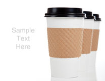 Fileira dos copos de café de papel no branco com espaço da cópia Imagem de Stock