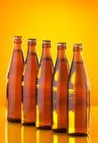 Fileira dos frascos com cerveja foto de stock