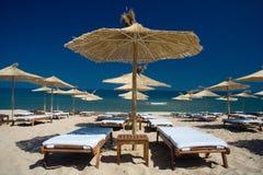 Fileira dos guarda-chuvas na costa de mar Imagens de Stock