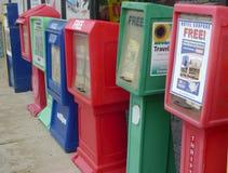 Fileira dos jornais disponíveis no posto de gasolina Fotos de Stock