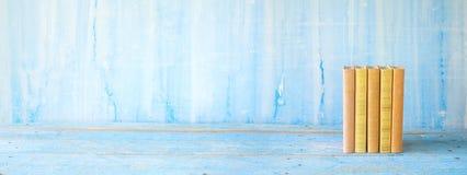 Fileira dos livros no fundo sujo azul, panorâmico fotos de stock