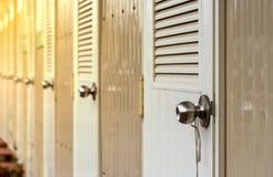 Fileira dos muitos porta similar branca foto de stock