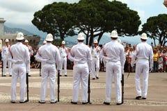 A fileira dos protetores aproxima o palácio do ` s do príncipe, Mônaco Foto de Stock