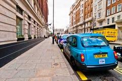 Fileira dos táxis na frente do arco de mármore, Londres, Reino Unido Foto de Stock