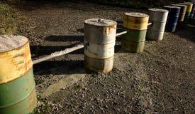 Fileira dos tambores, barreira do metal pesado Fotografia de Stock