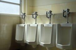 Fileira dos Urinals Foto de Stock Royalty Free