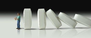 Fileira enorme dos comprimidos que deixam de funcionar sobre como dominós eventualmente ao crus Imagem de Stock