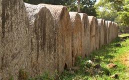 A fileira grande do arco da parede do forte do vellore com árvores ajardina Foto de Stock