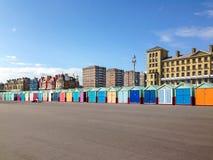 Fileira longa de cabanas de madeira coloridamente pintadas da praia Imagens de Stock