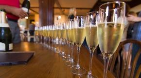 Fileira longa de flautas de Champagne Imagens de Stock