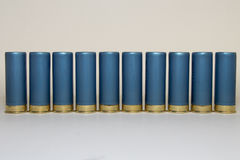 Fileira longa dos shell de espingarda azuis Fotografia de Stock Royalty Free