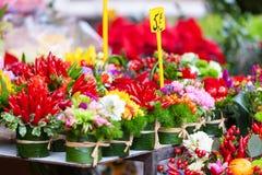 Fileiras com as flores no mercado das flores Imagem de Stock