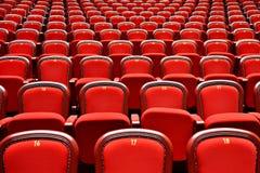 Fileiras com lugares vazios em um teatro Fotos de Stock Royalty Free