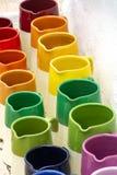 Fileiras com os frascos cerâmicos vitrificados coloridos, potenciômetros de flor, vasos para s imagens de stock royalty free