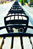 Fileiras da cadeira da madeira e do metal na rua da compra do ar livre em 3Sudeste Asiático fotografia de stock