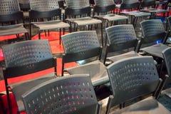 Fileiras da cadeira plástica cinzenta com o arran de aço inoxidável dos pés do metal fotos de stock