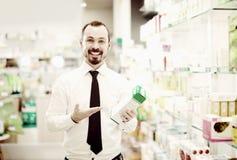 Fileiras da consultação do homem das drogas na drograria Fotos de Stock