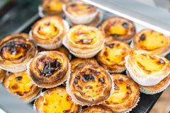 Fileiras da galdéria do ovo, sobremesa portuguesa tradicional, pasteis de nata, pastéis de nata Café nas ruas de Lisboa imagens de stock royalty free