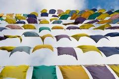 Fileiras das bandeiras coloridas que vibram no vento Foto de Stock Royalty Free