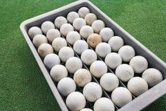 Fileiras das bolas de golfe na bandeja no verde, Koh Pha Ngan, Tailândia Imagem de Stock Royalty Free