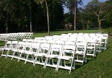 Fileiras das cadeiras brancas fotografia de stock