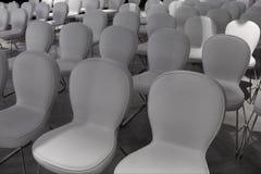 Fileiras das cadeiras brancas para a audiência fotos de stock royalty free
