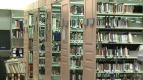 Fileiras das fitas na biblioteca vídeos de arquivo