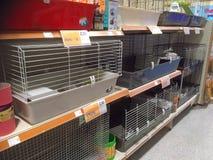 Fileiras das gaiolas em uma loja do animal de estimação Foto de Stock