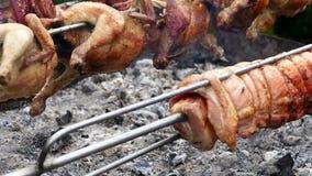 Fileiras das galinhas, da junta da carne de porco e da carne dos músculos, cozinhando em um rotisserie filme