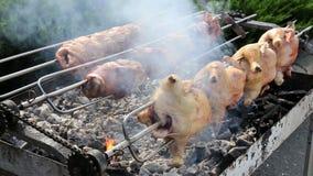 Fileiras das galinhas que cozinham em um rotisserie 4 vídeos de arquivo