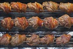 Fileiras das galinhas que cozinham em um rotisserie Fotografia de Stock Royalty Free