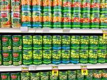 Fileiras das latas dos feijões Fotografia de Stock Royalty Free