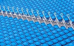 Fileiras de assentos azuis em um estádio Foto de Stock