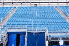 Fileiras de assentos azuis em um estádio Fotos de Stock Royalty Free