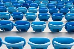 Fileiras de assentos azuis no estádio de futebol Assento conveniente para tudo Foto de Stock Royalty Free