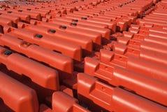 Fileiras de barreiras alaranjadas da segurança Fotografia de Stock Royalty Free