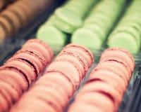 Fileiras de bolinhos de amêndoa cor-de-rosa Foto de Stock Royalty Free