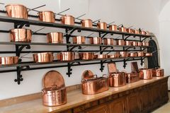 Fileiras de caçarolas de cobre brilhantes no castelo de Neuschwanstein em Baviera fotos de stock