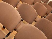 Fileiras de cadeiras do escritório Fotos de Stock
