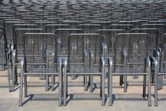 Fileiras de cadeiras do metal Foto de Stock Royalty Free