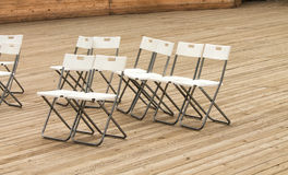 Fileiras de cadeiras modernas brancas vazias no assoalho de madeira do teatro fotografia de stock