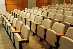 Fileiras de cadeiras no auditório Foto de Stock