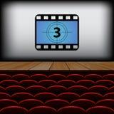 Fileiras de cadeiras no cinema com o filme do lançamento Imagens de Stock