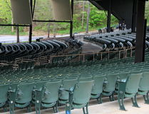 Fileiras de cadeiras verdes do metal para a audiência no local de encontro exterior da música Imagem de Stock Royalty Free