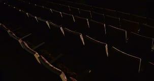Fileiras de cadeiras vermelhas vazias no teatro filme